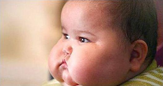Пухлые щеки ребенка